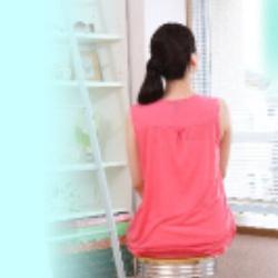 椅子に座る女性の後ろ姿