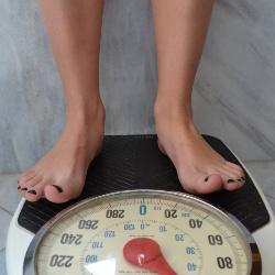 体重計にのる女性の足元